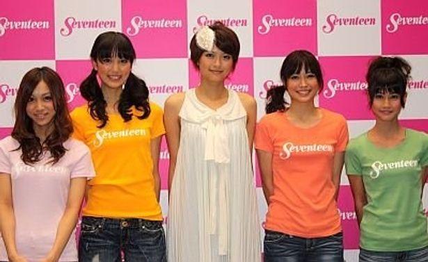 榮倉奈々さんと4人の新専属モデル。左から工藤さん、高田さん、榮倉さん、広瀬さん、橋本さん