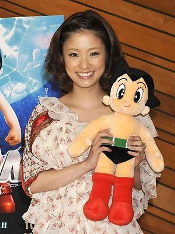 主人公アトムを演じる上戸彩とアトム人形