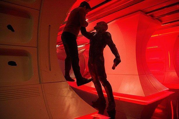 【写真を見る】カーク船長が絶体絶命のピンチに!