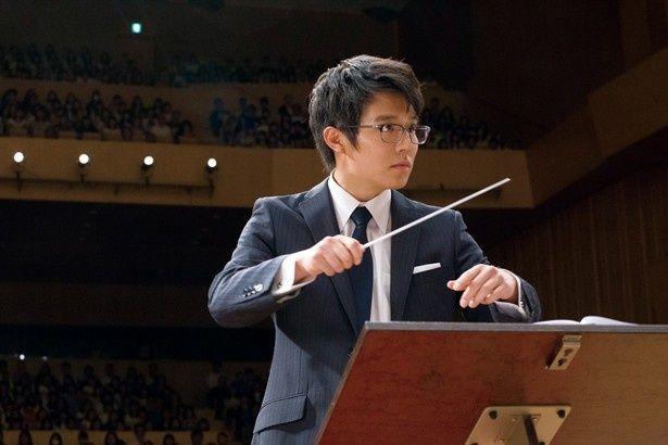 【写真を見る】吹奏楽部顧問の草壁先生役を演じる小出恵介