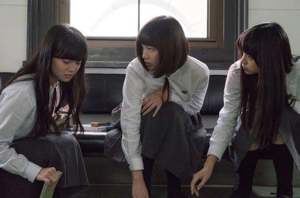 由紀は昼休みは静かに読書をし、授業中は小説を執筆する文学少女