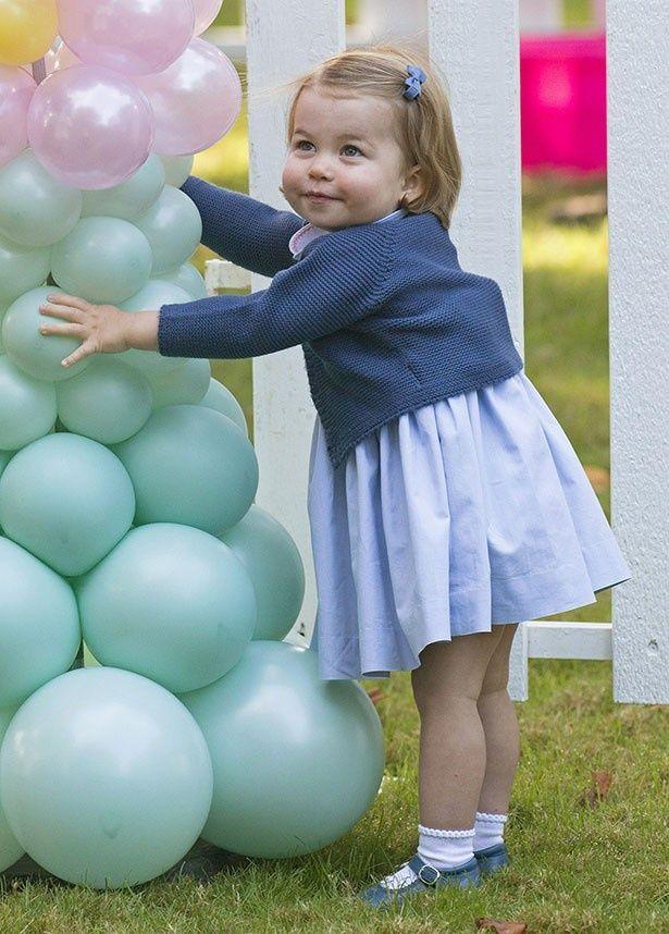 【写真を見る】風船で遊ぶ姿がかわいすぎるシャーロット王女!