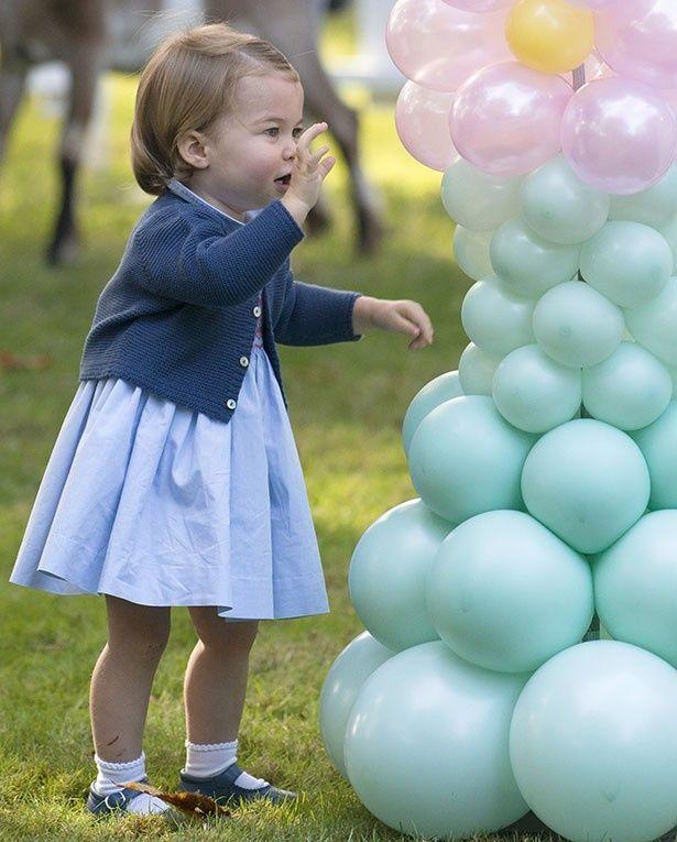 シャーロット王女は風船が気に入り、大いに楽しんだようだ