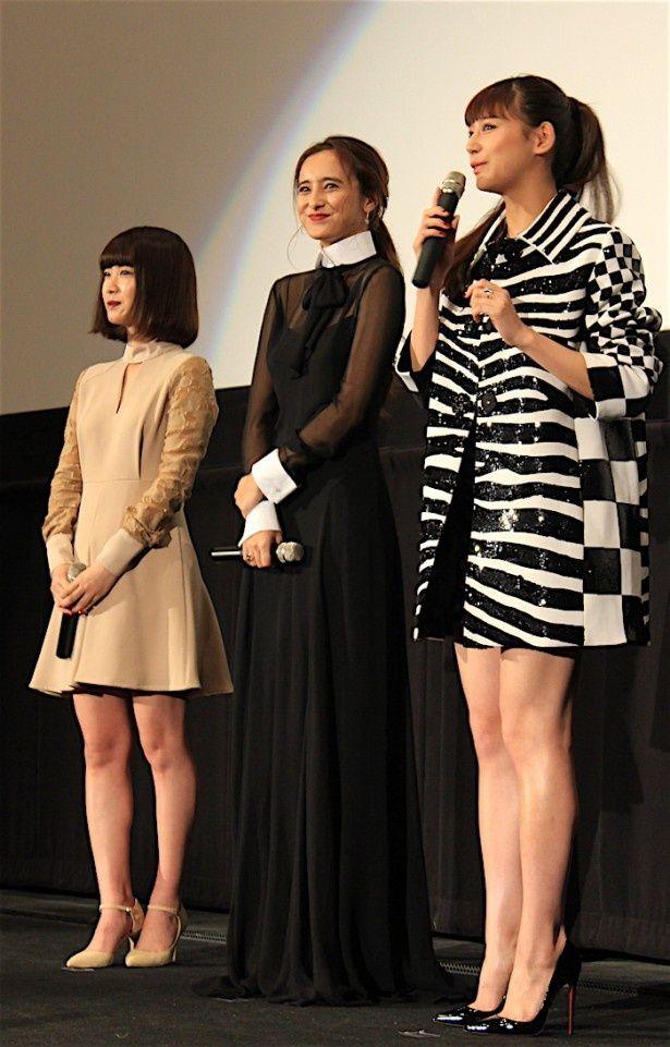 【写真を見る】西内まりや、健康的な美脚を披露!石田ニコル、今井れんも美しいドレス姿で登場した