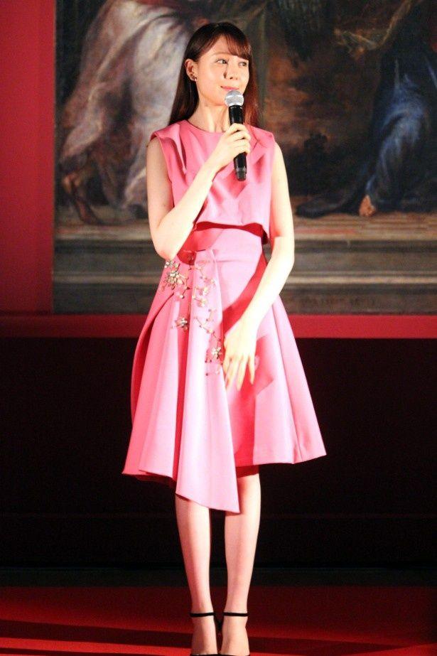 【写真を見る】トリンドル玲奈、ピンクのワンピースの全身ショット