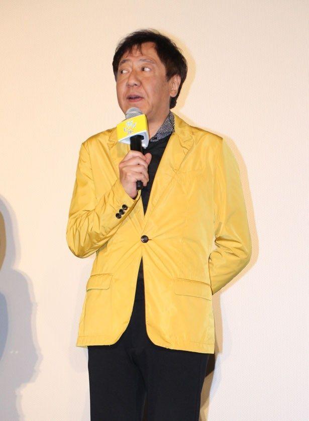 君塚良一監督はコメディ作品らしい、派手な黄色のスーツで登場