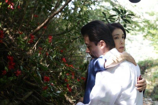 八坂と鈴岡の妻・章江(筒井真理子)が急接近