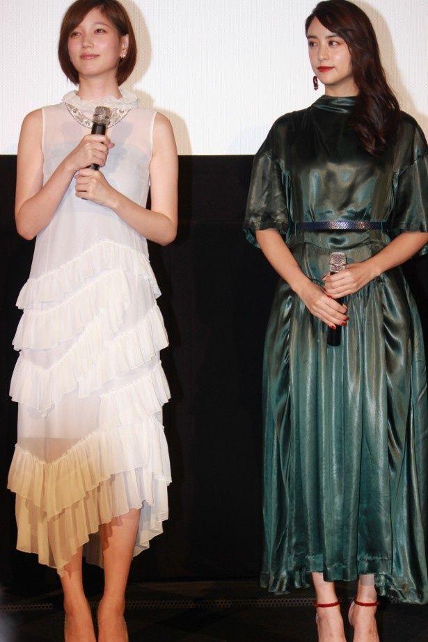 【写真を見る】本田翼と山本美月のドレス姿の全身ショット