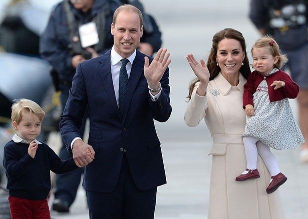 カナダから帰国する際のウィリアム王子一家