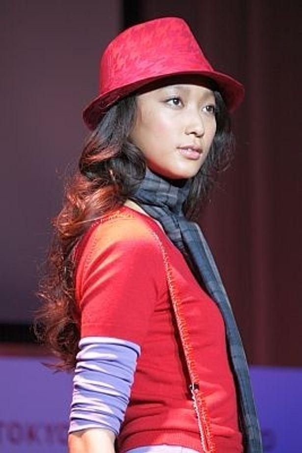 ウォーキングを披露したモデルで女優の杏さん。トップスにも様々な色をミックスしてみたという
