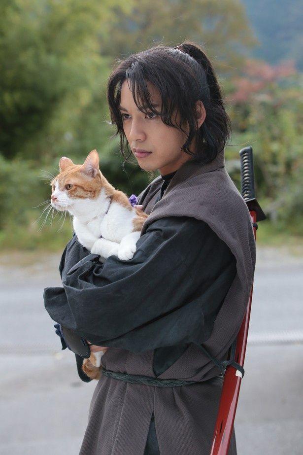 【写真を見る】イケメンに抱かれる超絶可愛い猫の正体は?