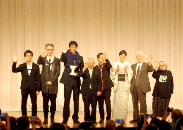京都国際映画祭2016のクロージングセレモニーに登壇した、三船力也(写真左から)、ミハイル・ギニス、阿部寛、中島貞夫、奥山和由、高島礼子、佐藤忠男、野上照代
