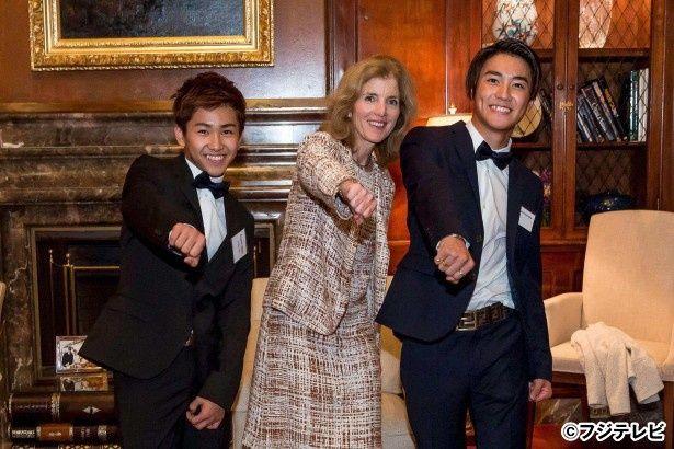 ケネディ駐日米国大使と一緒にポーズを取るAYUMUとMASAHIRO
