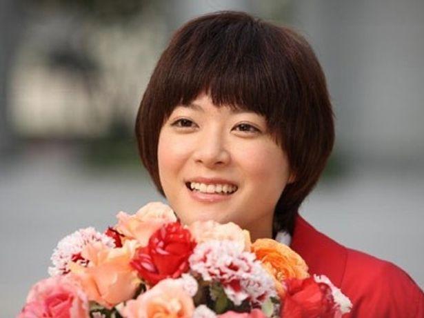 花束を手に、なんとも穏やかな表情