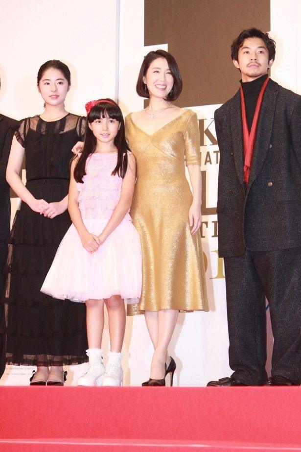 筒井真理子はゴールドのドレスで登壇