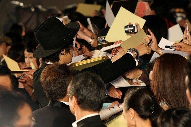 斎藤のサインを求め、ファンが殺到!