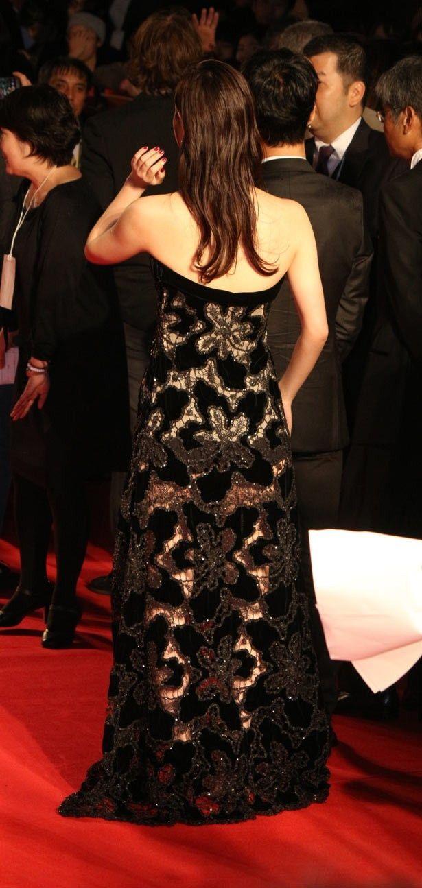 【写真を見る】超セクシー!佐々木希の透け感ドレスをあえてバックで!