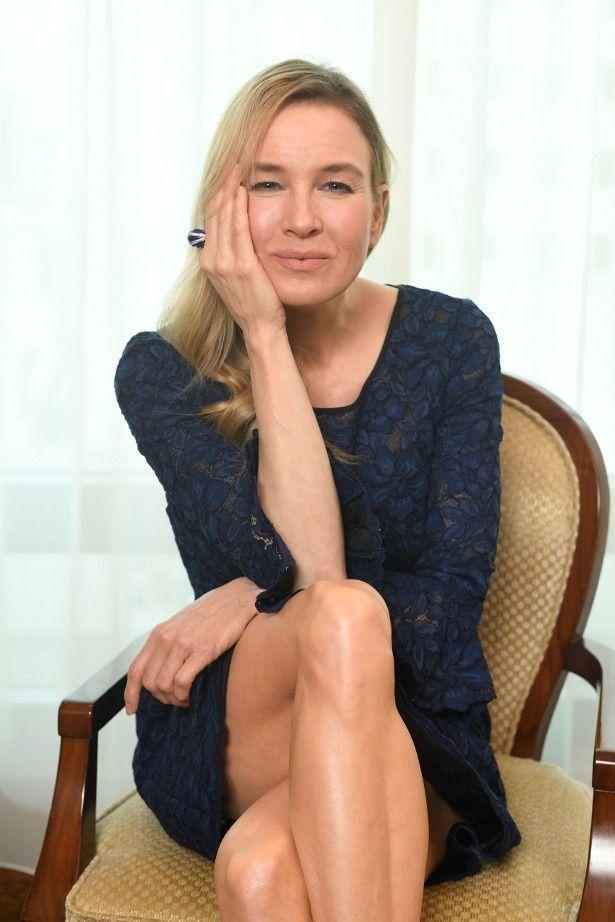 【写真を見る】セクシーなポーズで美脚を見せるレニー・ゼルウィガー