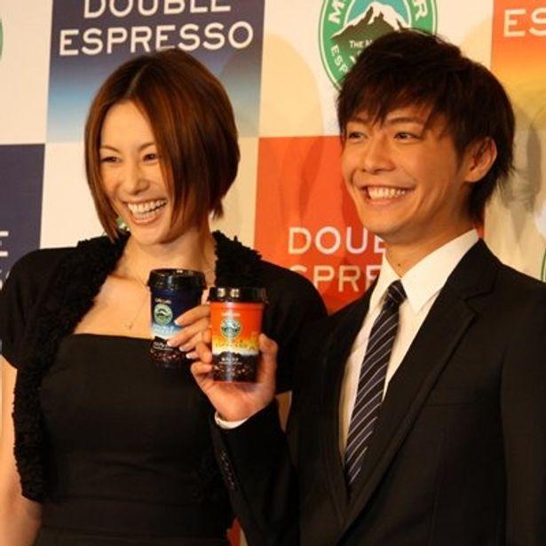 「マウントレーニア」の新商品「Mt.RAINIER DOUBLE ESPRESSO(マウントレーニア ダブルエスプレッソ)」発表会に登場した、米倉涼子さんと成宮寛貴さん