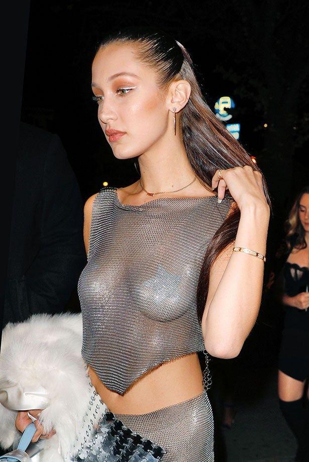 先日も透ける素材の服で現れたベラ