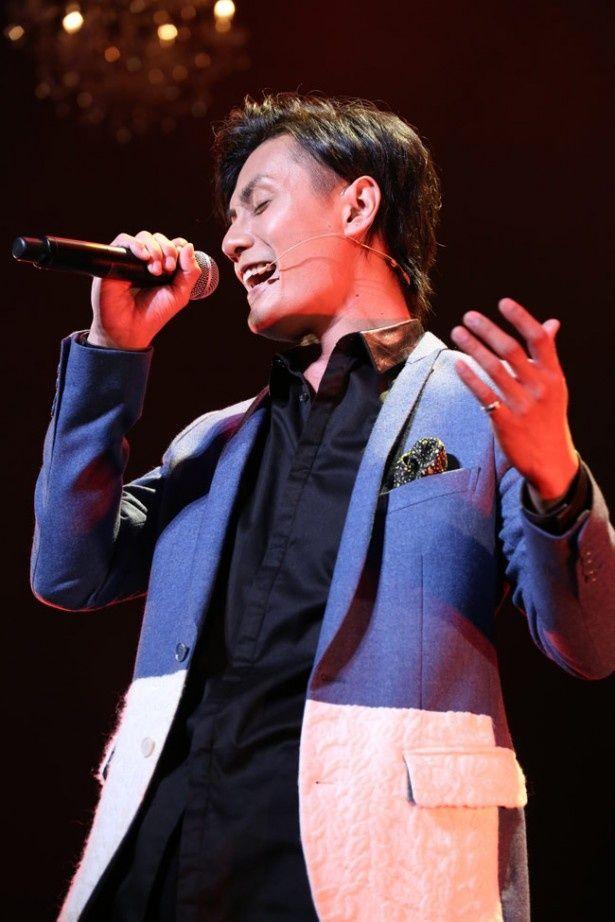 【写真を見る】1人目のゲストとして登場し、歌声を披露した加藤和樹