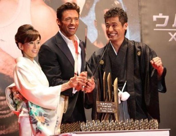 左から:川島なお美、ヒュー・ジャックマン、佐藤隆太。特製の「ウルヴァリン」ケーキの前で