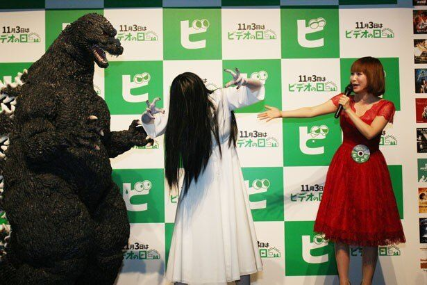 【写真を見る】日本を代表するキャラクターのゴジラ&貞子が登場し、大興奮!