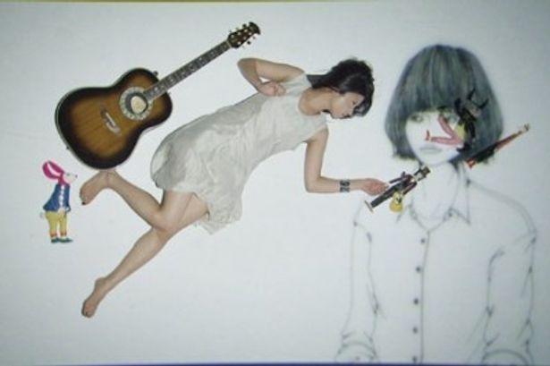 人形やギターが不思議な雰囲気を放っている「カナブンはいない」