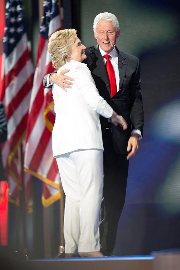 ヒラリーはパンツスーツ姿で大統領選に臨んでいた