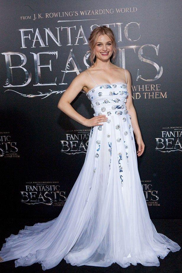 アリソン・スドルは美しいドレス姿で登場