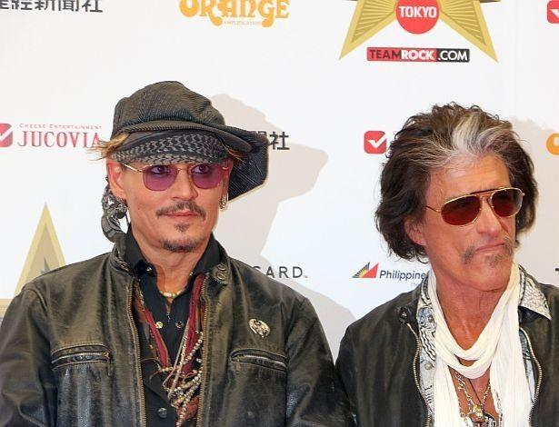 「ハリウッド・ヴァンパイアーズ」のメンバー、ジョー・ペリーとフォトセッションを行うジョニー・デップ