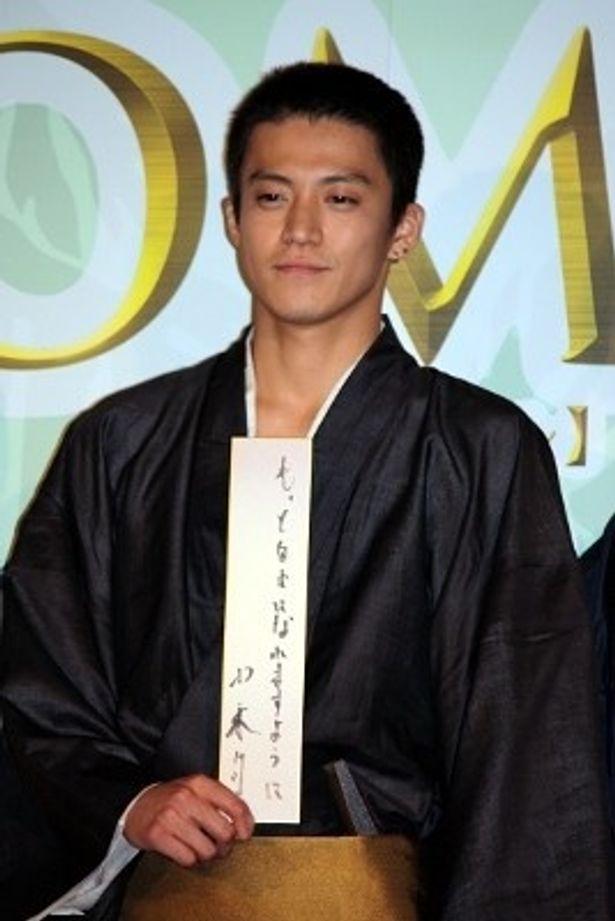 『TAJOMARU』の舞台挨拶では坊主頭で七夕の短冊に自分の生き方を提示していた小栗旬