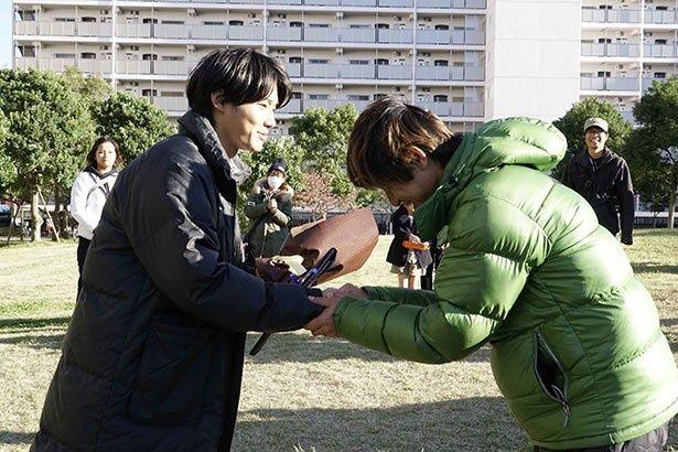 クランクアップ時の野村周平と深川栄洋監督