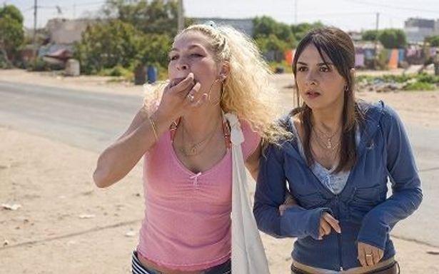 外見も性格も対照的なデイジーを演じるエバ・バンダー・ウェイデーベン(左)。彼女も人気者に