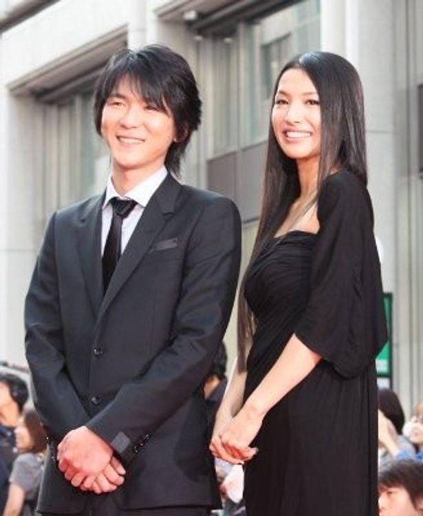 金井勇太と黒のドレスの芦名星