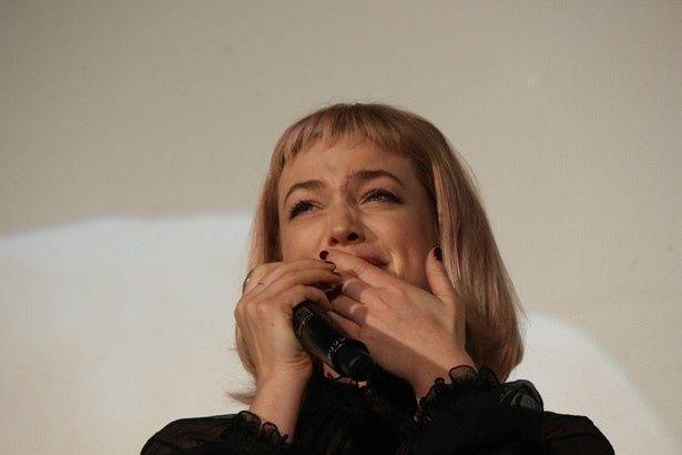 【写真を見る】『ファンタビ』女優、檀上で感極まって思わず涙!
