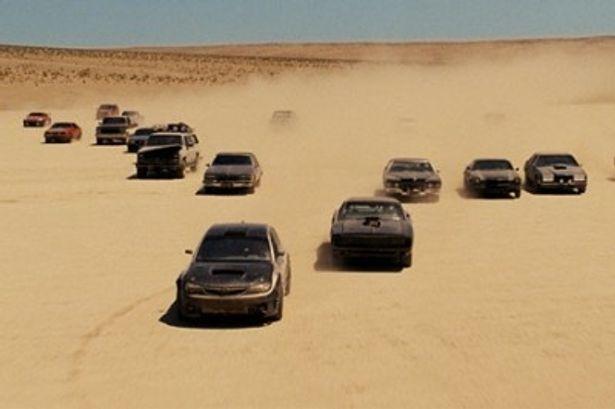 砂漠を突き進むマッスルカーの集団
