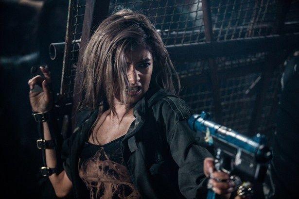 カッコいいマジ顔で女戦士・コバルトを演じるローラ