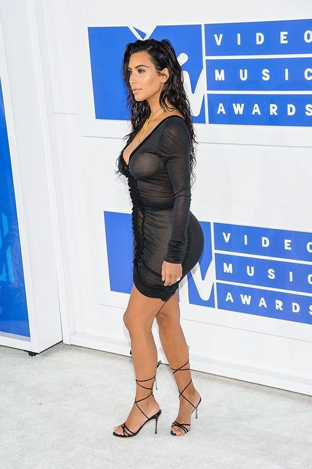 【写真を見る】巨尻を強調したタイトなドレスを着たキム・カーダシアン
