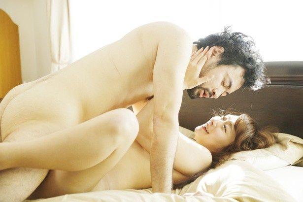 ベッドシーンで男を大胆にリードするセクシー女優の白石茉莉奈