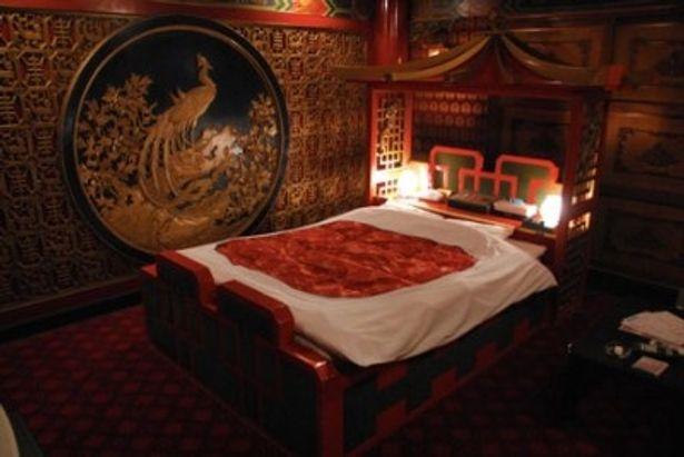 まるで中国の皇帝の寝所のような豪華な造りのラブホテル