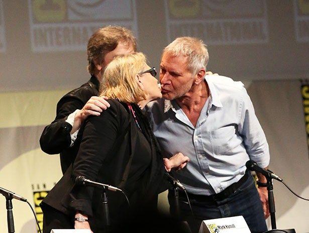 【写真を見る】キャリー・フィッシャーとハリソン・フォードの熱烈キス!