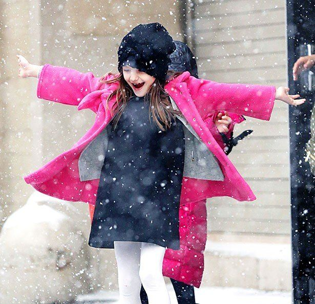 【写真を見る】超キュート!オシャレなファッションを着こみ、雪と戯れるスリ・クルーズ