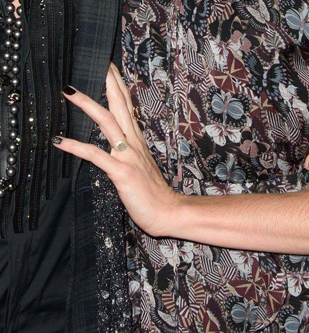 エイミー・アンの左手には指輪が輝いていた