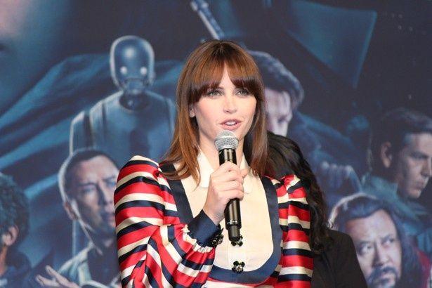 『ローグ・ワン/スター・ウォーズ・ストーリー』のイベントに登場したフェリシティ・ジョーンズ