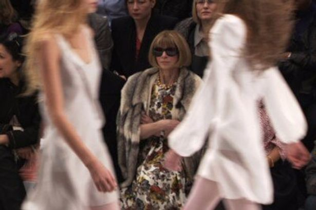 腕組みをしてファッション・ショーを眺めるアナ・ウィンター。すごい貫禄!
