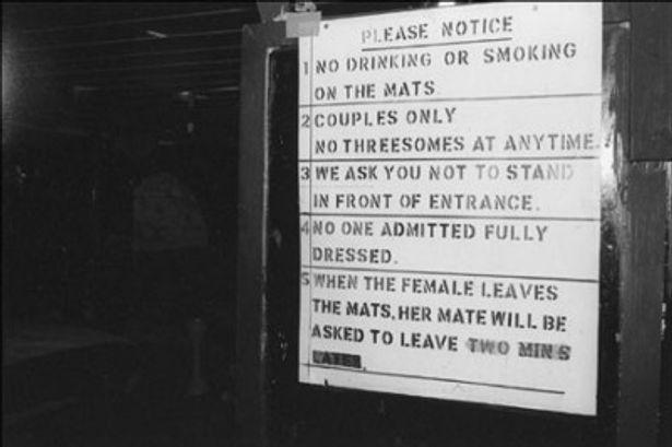 注意が書かれたクラブの看板