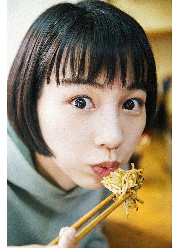写真集「のん、呉へ。2泊3日の旅」のカット。呉焼きを食べるのん