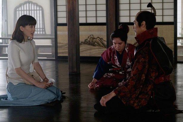 本能寺の変の前日、繭子は信長や蘭丸と出会う