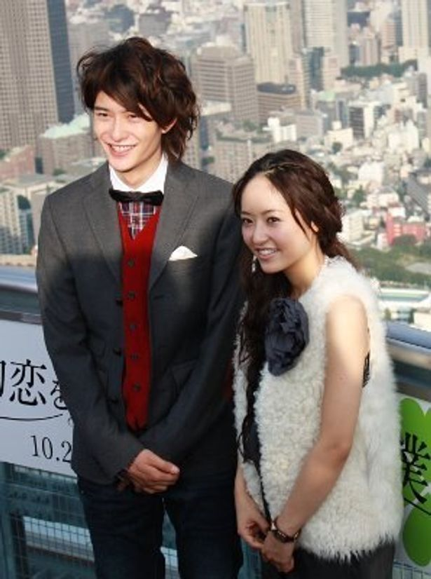 井上真央と岡田将生が展望台で笑顔で会見